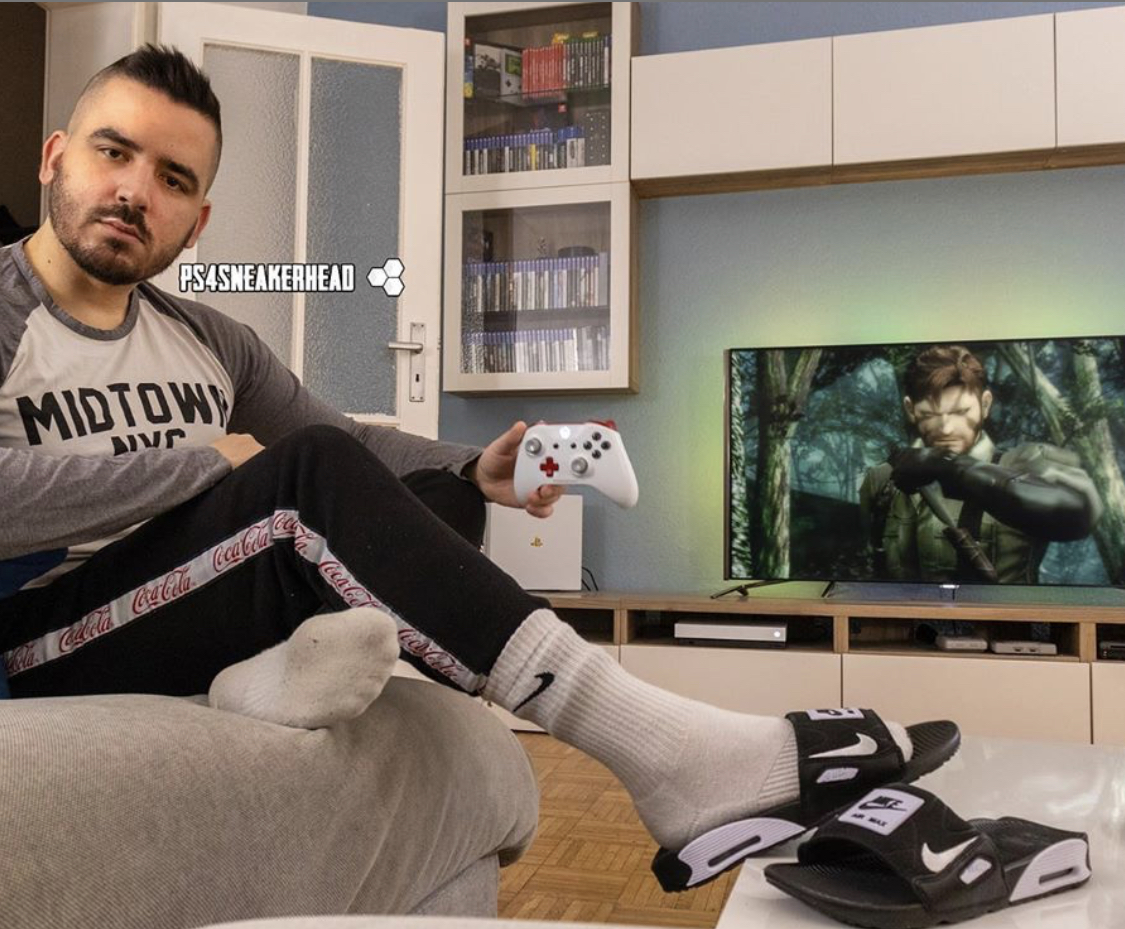Ps4sneakerhead shows off his dirty white Nike crew socks